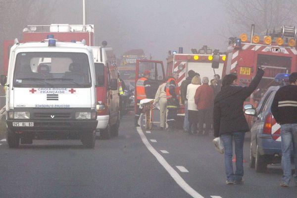 Etroitesse de la route et problèmes de visibilité : la route Albi-Castres connaît des accidents parfois spectaculaires. Ici un bus scolaire transportant 50 adolescents s'était retourné en contrebas, à cause du brouillard, le 7 janvier 2005