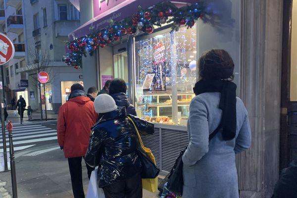 Une fille d'attente devant une boulangerie dans le quartier de Convention, quelques minutes avant le début du couvre-feu. @Elie SAIKALI