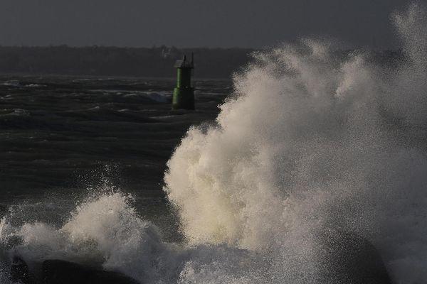 Grosse vague à Concarneau