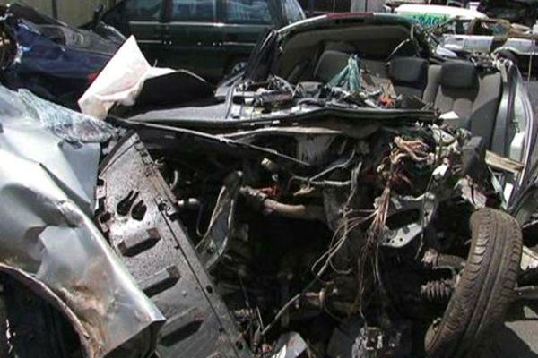 Les carcasses des véhicules accidentés attestent de la violence du choc.