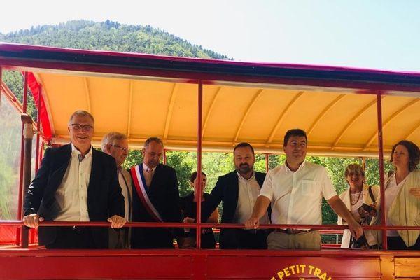 samedi 13 juillet, plusieurs personnalités politiques ont dévoilé l'un des wagons restaurés du Petit Train de la Mure : le président du CD38 Jean-Pierre Barbier, le maire de la Mure Joël Pontier, le préfet de l'Isère Lionel Beffre, Yannick Neuder vice-président à la Région.