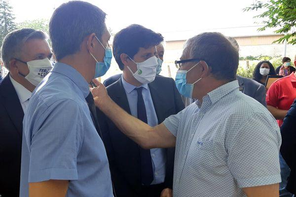 Julien Denirmandie (au centre), ministre de l'Agriculture, en visite en Corrèze, à Perpezac-le-Noir, le 23 juillet 2020