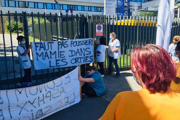 Une quinzaine d'aides à domicile devant le Conseil départemental à Saint-Brieuc pour réclamer un droit à la prime Covid