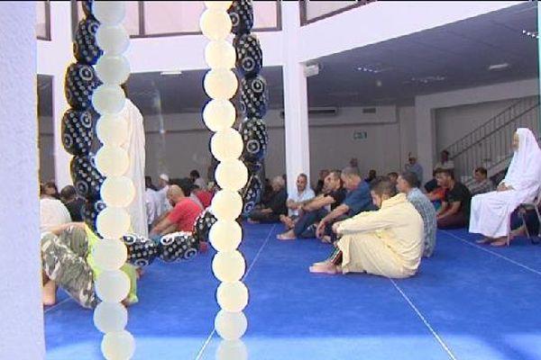 Fidèle en train de prier à la mosquée En-Nour, à Nice