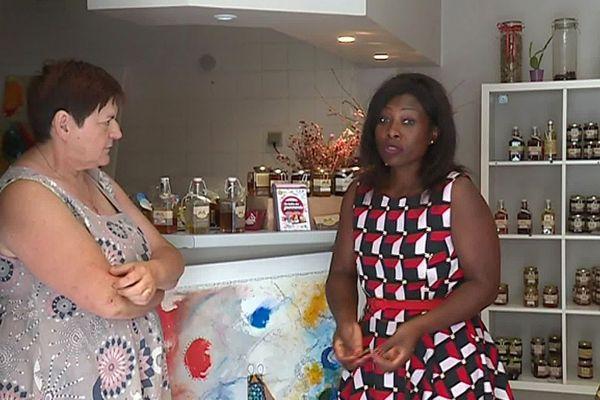 Roquebrun (Hérault) - rencontre entre Nadine, commerçante et la maire - juillet 2019.