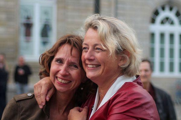 """""""Pour moi, quand Isabelle m'a dit qu'elle allait se présenter aux municipales, c'était une évidence"""" dit Catherine Pons, ici aux côtés d'Isabelle Assih le soir de la victoire"""