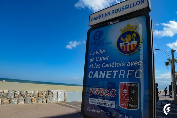 Les affiches de la rencontre Canet vs Boulogne tapissent le bord de mer.