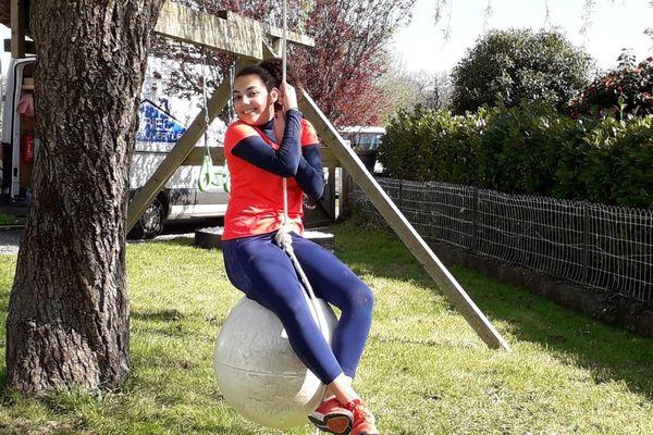 Nora, joueuse de handball à Fouesnant s'entraîne malgré le confinement grâce à des exercices fournis par son coach. Elle se fait un parcours sportif, dans son jardin.