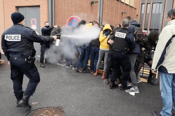 Des grévistes enchainés à une grille du rectorat de Toulouse ont été délogés par les forces de l'ordre à l'aide de gaz lacrymogène.