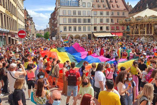 La marche des visibilités a rassemblé des milliers de personnes à Strasbourg. Ici place Gutenberg.