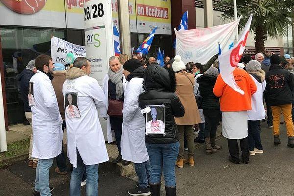 Les manipulateurs radio des hôpitaux du Languedoc devant l'ARS à Montpellier pour dénoncer leur souffrance au travail.