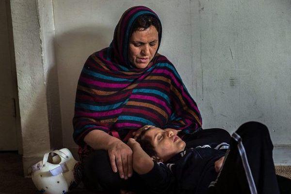 Malalai Rafi, réfugiée afghane, et son fils Omar (8 ans), dans leur appartement à Sacramento. Omar, rentré de l'hôpital depuis peu, a des lésions cérébrales provoquées par un accident de vélo qui a tué son père, Mustafa Rafi.