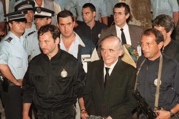 Klaus Barbie escorté le 4 juillet 1987 après avoir été condamné à la prison perpétuité. Il mourra en prison en 1991.