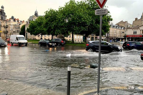 L'orage de lundi 21 juin a entrainé, une nouvelle fois, des inondations en plein cœur de la ville de Reims, comme ici Place Cérès.