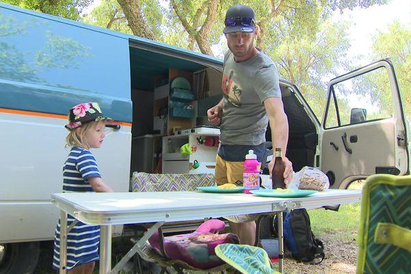 Patrick a équipé son van  pour y séjourner confortablement avec sa fille. En vacances dans les Landes, ils changent de lieux chaque jour. Evasion assurée.