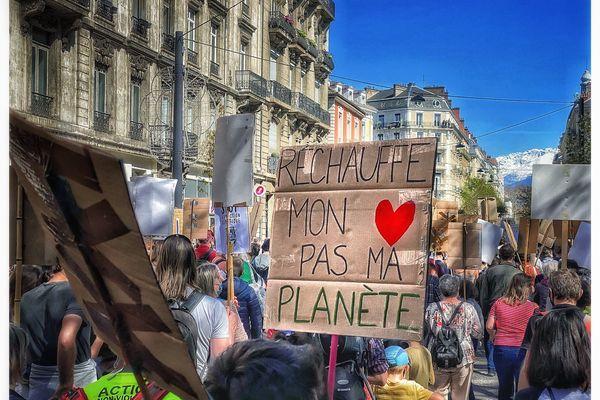 Plusieurs centaines de militants écologistes ont manifesté à Grenoble ce dimanche 28 mars.