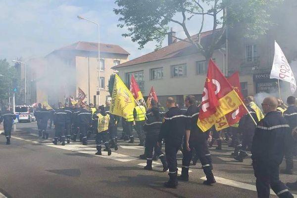 Les pompiers professionnels du Sdis 54 en train de défiler à Nancy jeudi 28 mai 2015 dans la matinée.