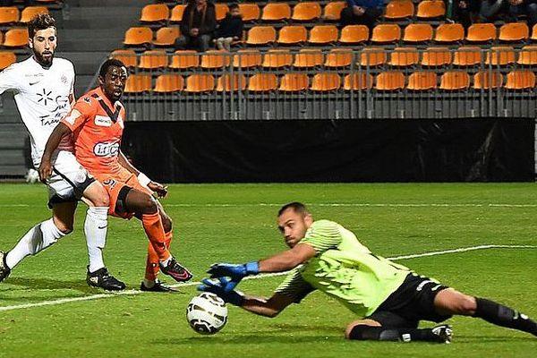 Laval (Mayenne) - le gardien de Montpellier Laurent Pionnier arrête les ballons - 25 octobre 2016.
