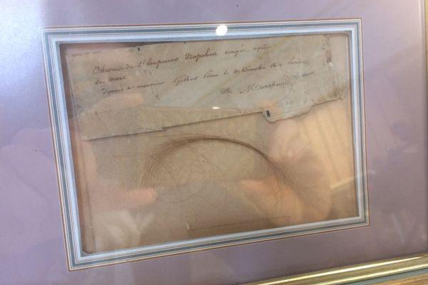 Cette mèche de cheveux avec le message du valet de camp de Napoléon 1er qui l'accompagna jusqu'à sa mort à Sainte-Hélène
