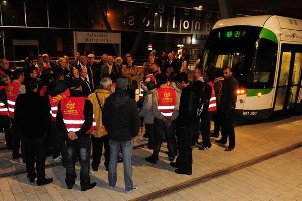 Les conducteurs CGT mécontents de leurs conditions de travail ont retenu le 1er tram vers 5h du matin, à son bord les élus de Nantes-Métropole et la direction de la TAN