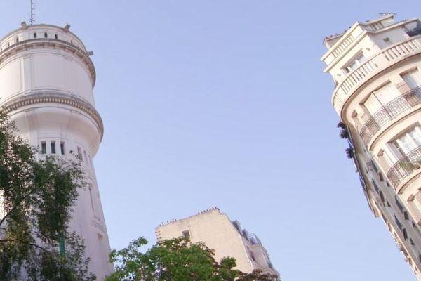 Construit en 1927, rue du Mont-Cenis, cet édificeculmine à 175 mètres d'altitude, hauteur de la butte comprise, ce qui en fait un des monuments les plus hauts de la capitale.