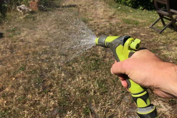 En période d'alerte sécheresse il est interdit d'arroser son jardin entre 10h et 18h.