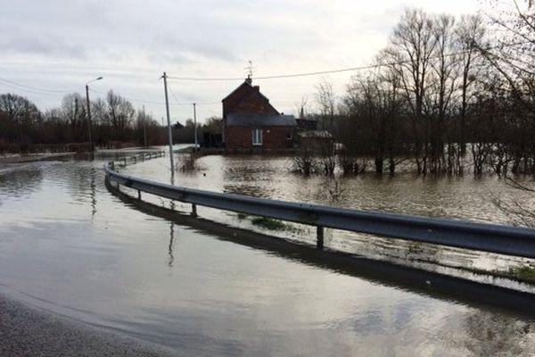 A Pont-sur-Sambre (59), l'eau n'avait pas encore totalement reflué lundi matin.