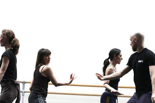 Chorégraphie de RABIH MROUÉ / DANCE ON ENSEMBLE: /  WATER BETWEEN THREE HANDS