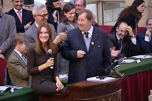 Les deux parrains de la vente 2012 à la tribune : Carla Bruni-Sarkozy et Guy Roux.