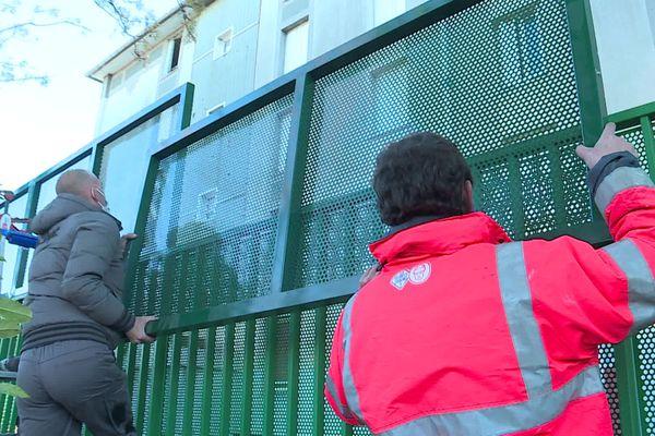 Nîmes : une clôture de 3 mètres de haut pour isoler et mettre en sécurité les élèves de l'école Bruguier - 13 janvier 2021.