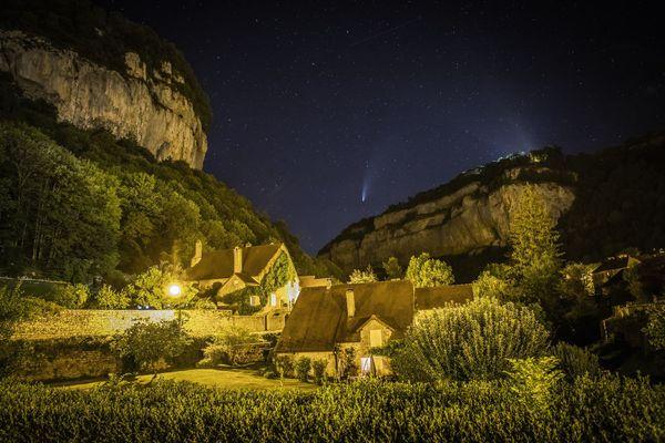 La comète Neowise dans le ciel étoilé de Baume-les-Messieurs dans la Jura.