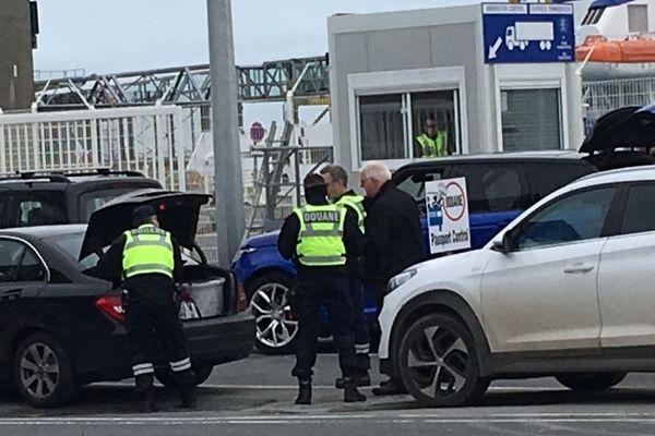Fouille des voitures au port de Roscoff au départ d'un navire