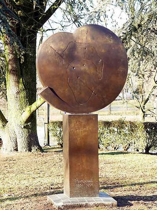Sculpture en bronze réalisée par Michel Gillet pour le centenaire de la mort du poète Arthur Rimbaud, dans le square Bayard à Charleville-Mézières.