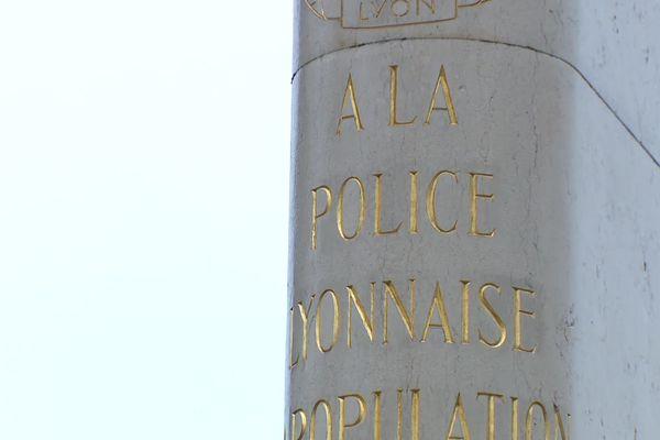 Le monument aux morts qui porte sur son fronton « A la Police Lyonnaise – La population reconnaissante »