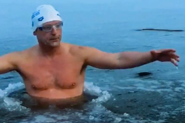 """""""Ice Doctor"""" dans une eau glacée"""