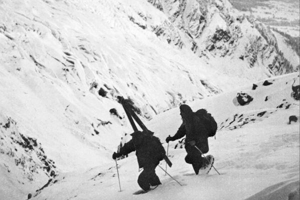 Des chasseurs alpins partant à la recherche de René Payot qui commandait la première caravane de secours pour le Malabar Princess.
