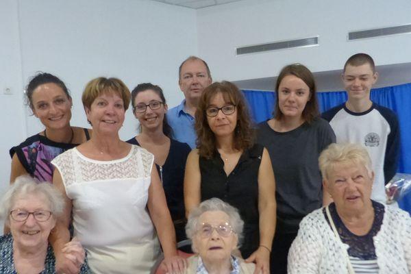 Marie-Louise Taterode (au centre) a fêté son 112ème anniversaire avec ses proches et le personnel de l'Ehpad Mon repos de Lezoux.