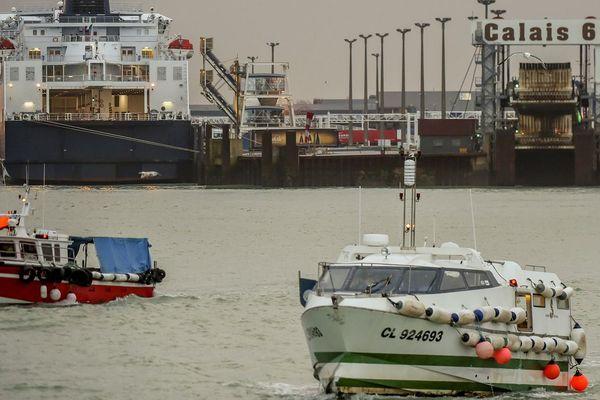 Des fileyeurs bloquent le port de Calais ce jeudi.