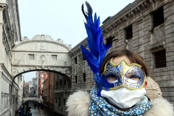 Si Venise n'est pas concernée par les mesures de confinement, la municipalité a décidé de mette fin de façon anticipée à son célèbre carnaval.