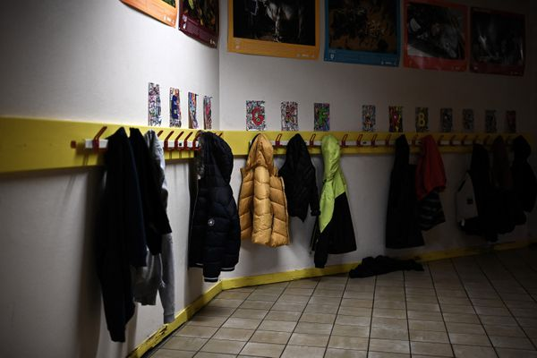 Des manteaux dans une école primaire, le premier jour de l'école sans masques pour les enfants