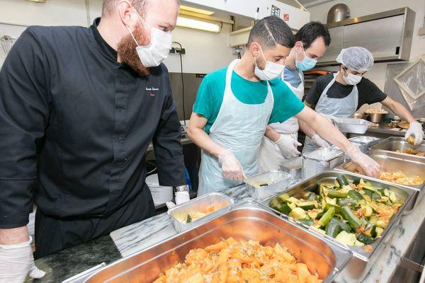 Des bénévoles préparent un couscous pour livrer des familles dans le besoin.