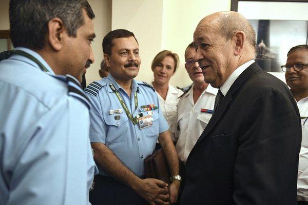 Jean-Yves Le Drian en discussion avec des militaires de l'aviation indienne