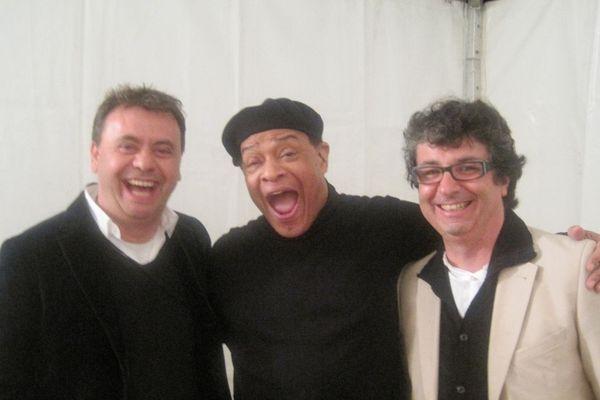 Laurent Duport, président de Jazz 70 et Stéphane Kochoyan, directeur artistique, entourant Al Jarreau