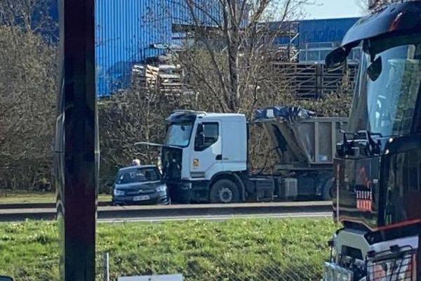 Un camion benne a percuté par l'arrière cette voiture sans faire heureusement de blessés.