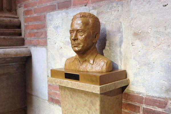 Le buste de Dominique Baudis dans la cour du Capitole