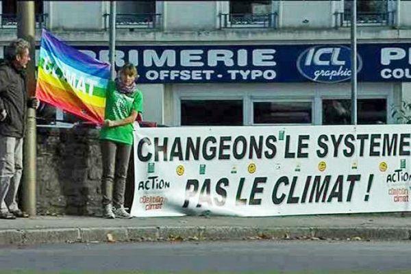 Des militants écologistes sur la route de Flamanville