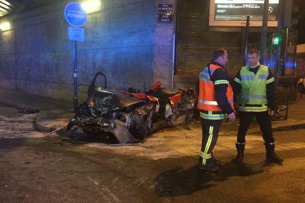 Violent choc d'une voiture comme l'un des piliers du pont rue de Nantes à Rennes