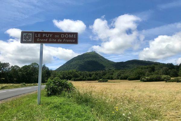 Le puy de Dôme, dont le sommet culmine à 1 465 mètres d'altitude, est le plus haut de la chaîne des Puys, en Auvergne.