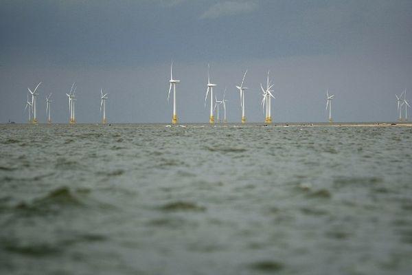Un champ d'éoliennes en mer au large de la Grande-Bretagne.
