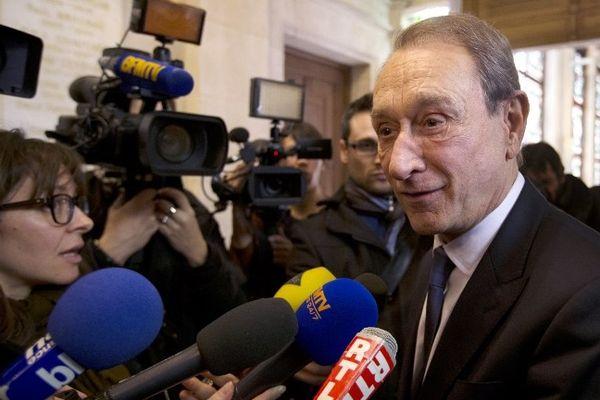 Le maire de Paris Bertrand Delanoë sort du Conseil de Paris après l'approbation du projet d'application de la réforme des rythmes scolaires dès la rentrée 2013 dans les écoles parisiennes.